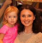 Jūratė Bujanauskas, su dukryte per mokyklos baigimo šventę