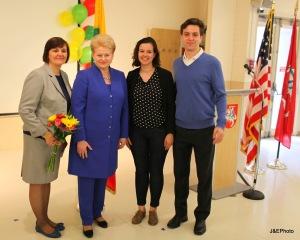 Ilona, su savo vaikais ir Prezidente D. Grybauskaitė per mokyklos baigimo šventę